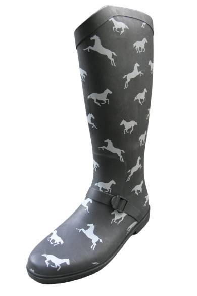 schwarzer Gummistiefel mit grauen Pferden in Bewegung
